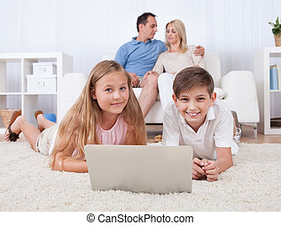 usando computador portátil, crianças, tabuleta, tapete