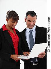 usando computador portátil, duo, executivos