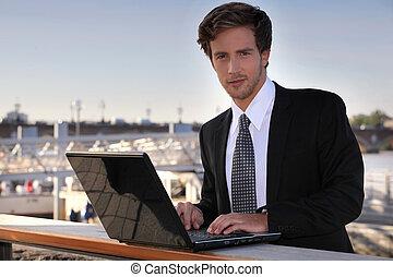usando computador portátil, estudante, ao ar livre
