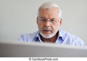 usando computador portátil, homem velho
