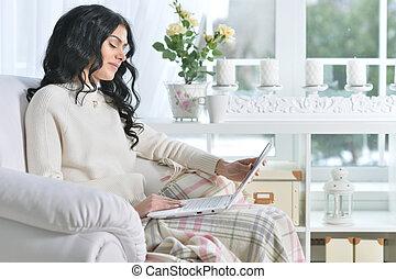 usando computador portátil, mulher