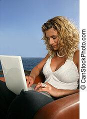 usando computador portátil, mulher, mar