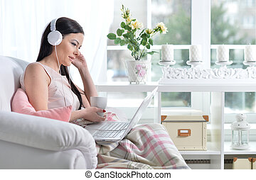 usando computador portátil, mulher, morena, jovem