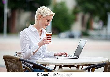 usando computador portátil, mulher, restaurante
