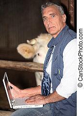 usando computador portátil, seu, celeiro, agricultor