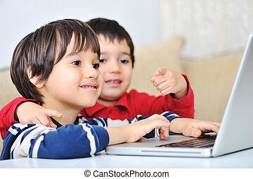 usando computer portatile, bambini