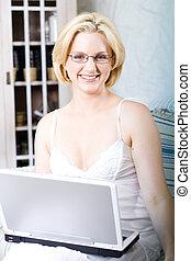usando computer portatile, donna