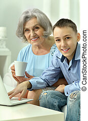 usando computer portatile, donna, nipote