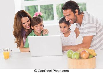 usando computer portatile, famiglia