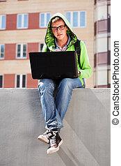 usando computer portatile, giovane, studente