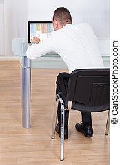 usando computer portatile, uomo affari, scrivania ufficio