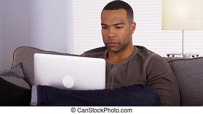 usando computer portatile, uomo, nero, divano