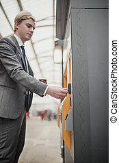 usando, contactless, pagamento, em, um, máquina bilhete