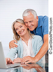 usando, coppia, laptop