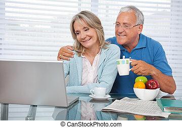 usando, coppia, laptop, felice