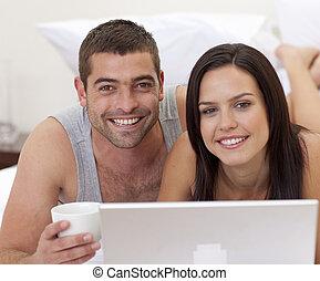 usando, coppia, laptop, letto, ritratto