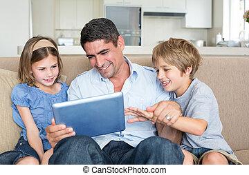 usando, crianças pai, tabuleta, digital