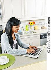 usando, donna, computer, giovane, cucina