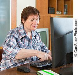 usando, donna senior, tastiera