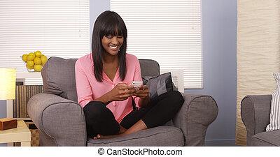usando, donna, smartphone, africano, divano