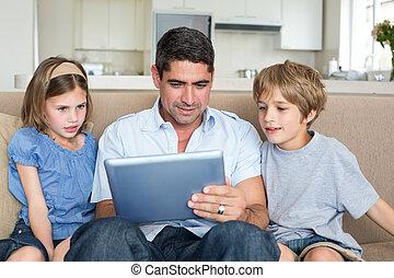 usando, família, tabuleta, junto, digital