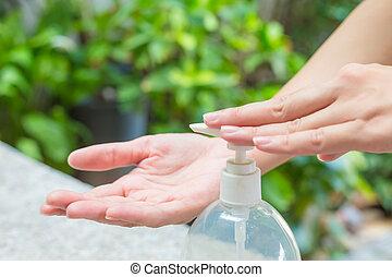 usando, gel, mãos, dispenser., lavagem, mão feminina, sanitizer, bomba
