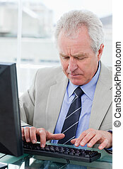 usando, gerente, computador, retrato sênior