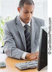 usando, homem negócios, escritório, concentrado, computador