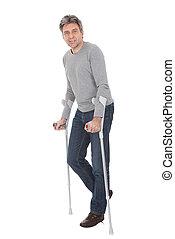 usando, homem sênior, andar, muletas