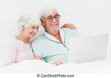 usando, letto, coppia, laptop