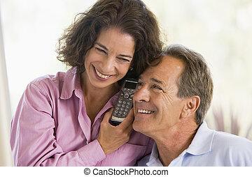 usando, par, dentro, telefone, sorrindo
