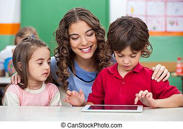 usando, professor, crianças, tabuleta, digital