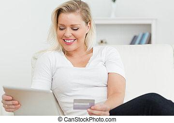 usando, sofá, tabuleta, casual, mulher, pc, sentando