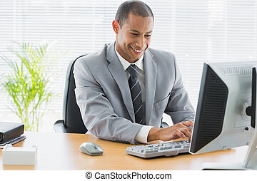 usando, sorridente, uomo affari, ufficio, computer