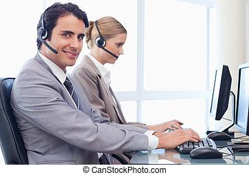 usando, sorrindo, operadores computador