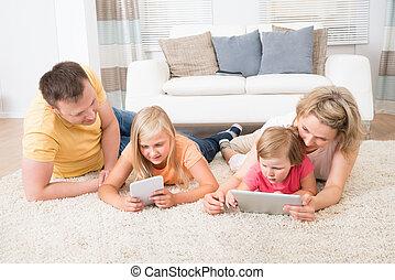 usando, tabuletas, mentindo, família, tapete