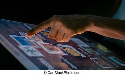 usando, touchscreen, donna, mostra, interattivo