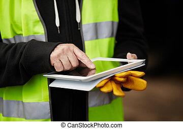 usando, trabalhador construção, tabuleta, digital