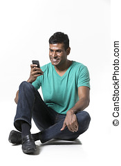 usando, uomo, asiatico, smartphone., felice