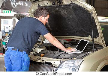 usar la computadora portátil, mecánico
