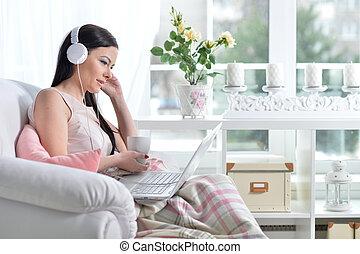 usar la computadora portátil, mujer, morena, joven