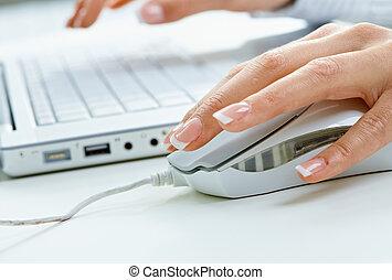 usar ordenador, ratón, mano femenina
