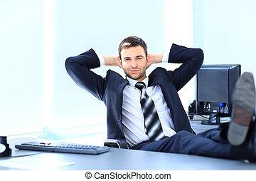 usatysfakcjonowany, biznesmen, odprężając, w, jego, biuro