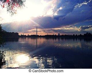 usine, reflet, dans, a, lac, à, coucher soleil