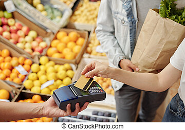 Using contactless payment at farmers market