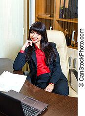 usmívaní, businesswomen, seděn ve poloit na stůl, do, úřadovna, s, papírování, a, leptop