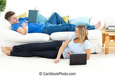 usmívaní, dvojice, obout si ertování, dohromady, do, ta, obývací pokoj