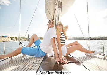 usmívaní, dvojice, sedění, dále, jachta, paluba