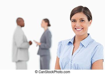 usmívaní, prodavačka, s, mluvící, kolega, pozadu, ji