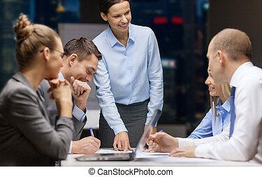 usmívaní, samičí, boss, mluvil ku, business četa